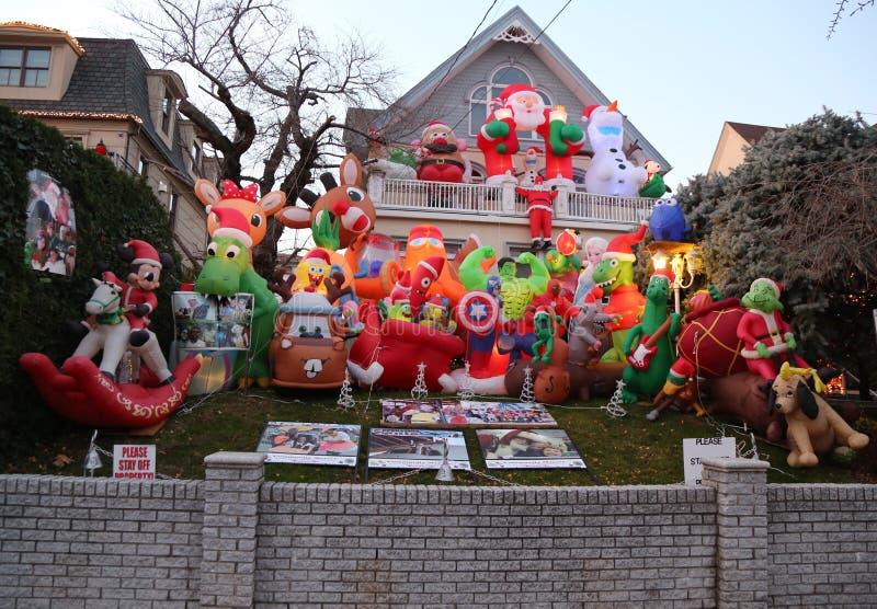 De de decoratielichten van het Kerstmishuis tonen in de buurt in de voorsteden van Brooklyn van Dyker-Hoogten stock afbeelding