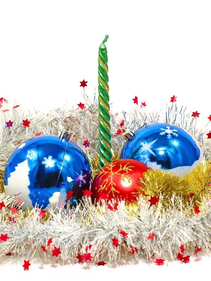 De de decoratieve ballen en kaars van Kerstmis. stock afbeelding
