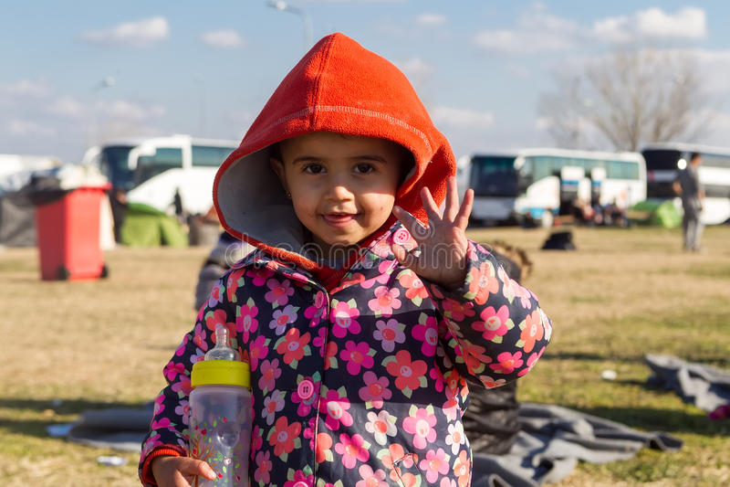 De de duizendenmigranten en vluchtelingen wachten in het parkeerterrein o royalty-vrije stock afbeeldingen