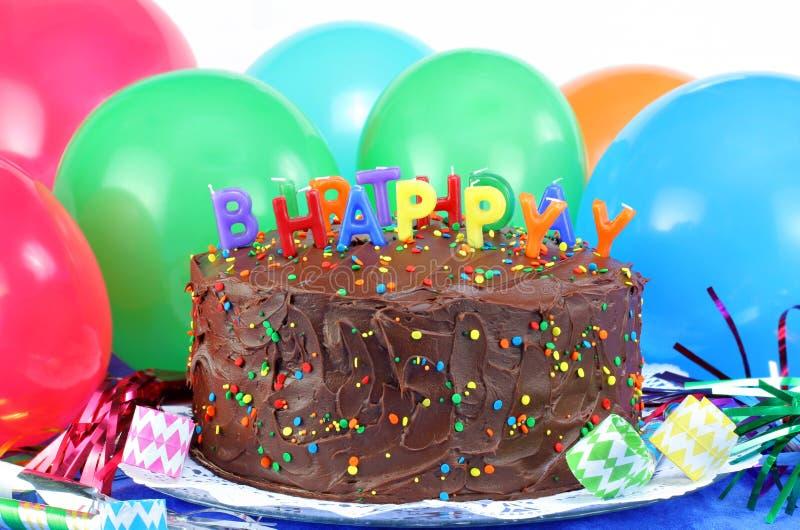 De de gelukkige Cake en Ballons van de Chocolade van de Verjaardag royalty-vrije stock afbeeldingen