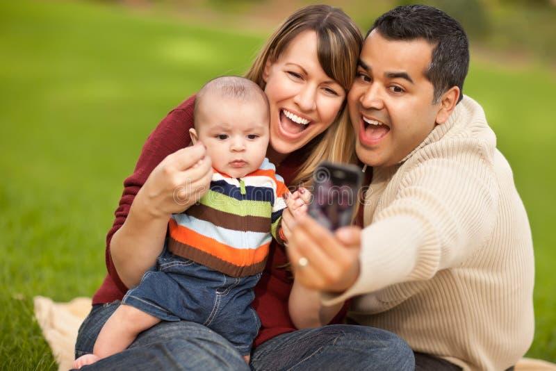 De de gelukkige Gemengde Ouders van het Ras en Jongen van de Baby met Camera