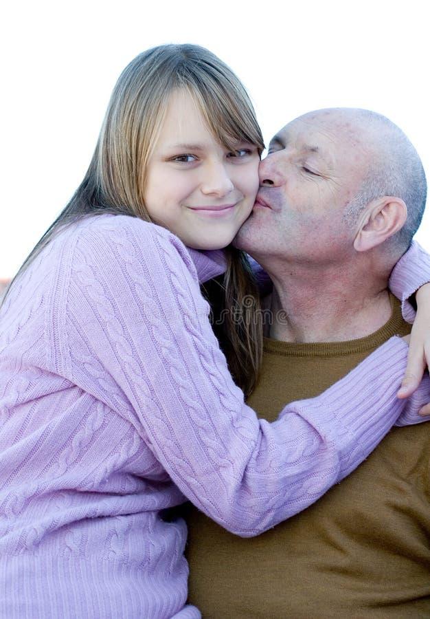 De de gelukkige vader en dochter van de familiekus royalty-vrije stock fotografie