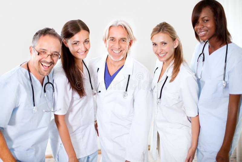 De de glimlachende artsen en collega's van het portret stock foto's