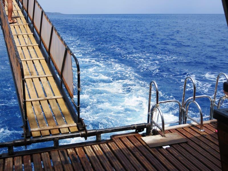 De de golfmanier van het zeewaterschuim op reis zoekt het hemelblauw royalty-vrije stock fotografie