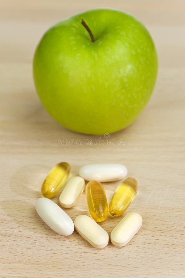 De de groene Pillen of Geneeskunde van het Supplement van de Voeding van de Appel stock foto's