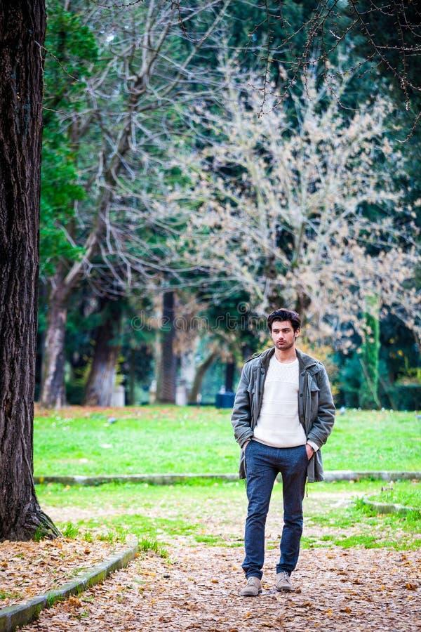 De de herfstwinter van maniermensen Jonge mens in openlucht bij park royalty-vrije stock foto's