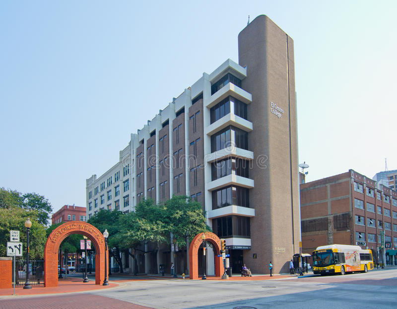 De de historische ingang en tekens van Dallas West End stock foto