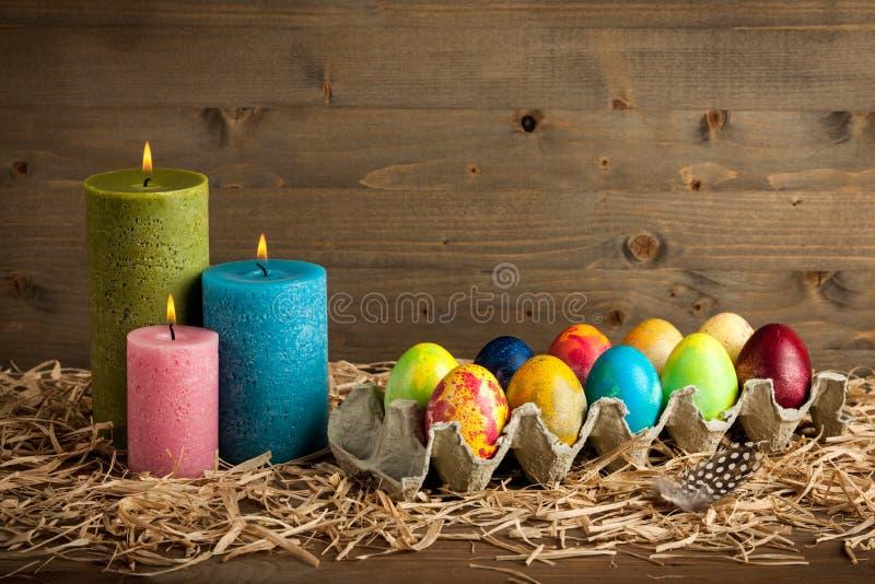 De de kleurrijke eieren en kaarsen van Pasen stock foto