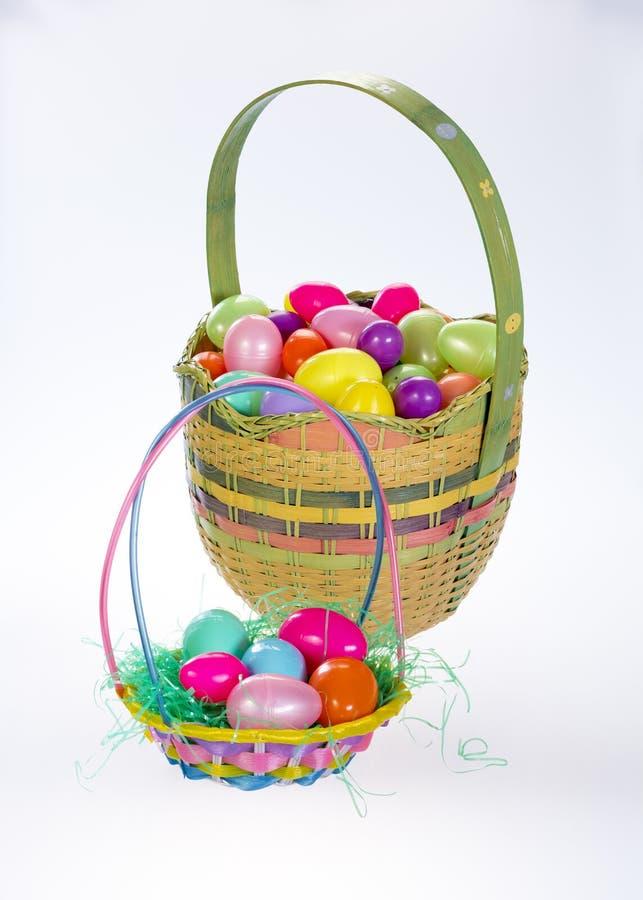 De de kleurrijke mand en eieren van Pasen stock foto's