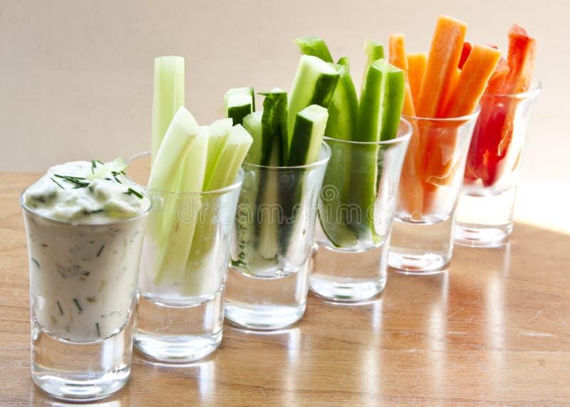 De de komkommeronderdompeling van Olanda met zure room, roomkaas wordt, hakte komkommer en selderiezout, met cocktailgrootte wordt stock foto