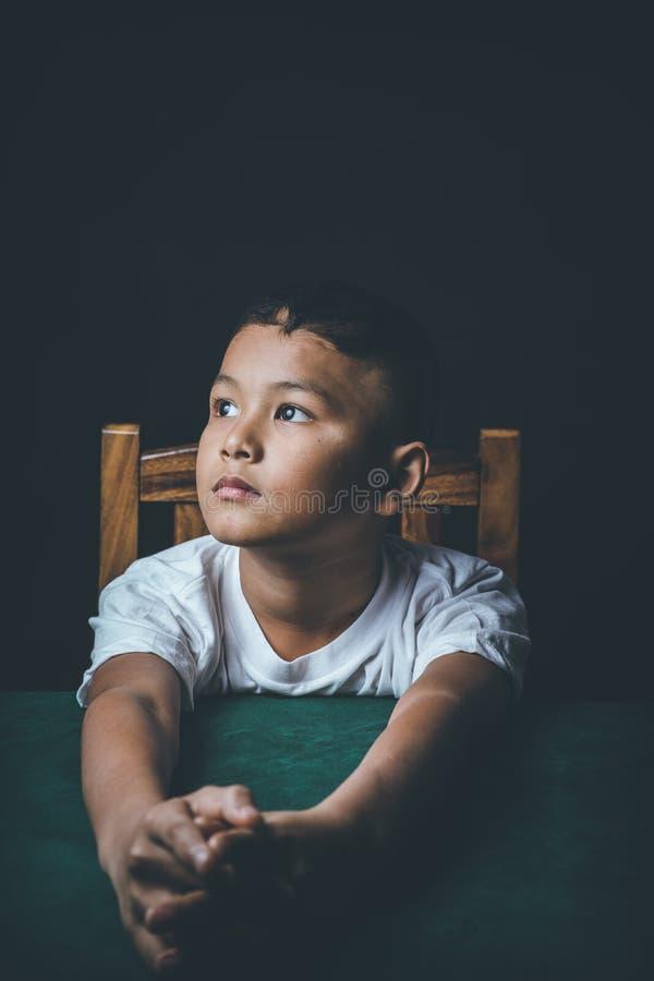 De de misbruikte spanning en druk van het kindgevoel in school en studies stock foto
