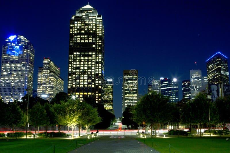 De de nachtscènes van de binnenstad van Dallas en van Klyde Warren Park stock foto