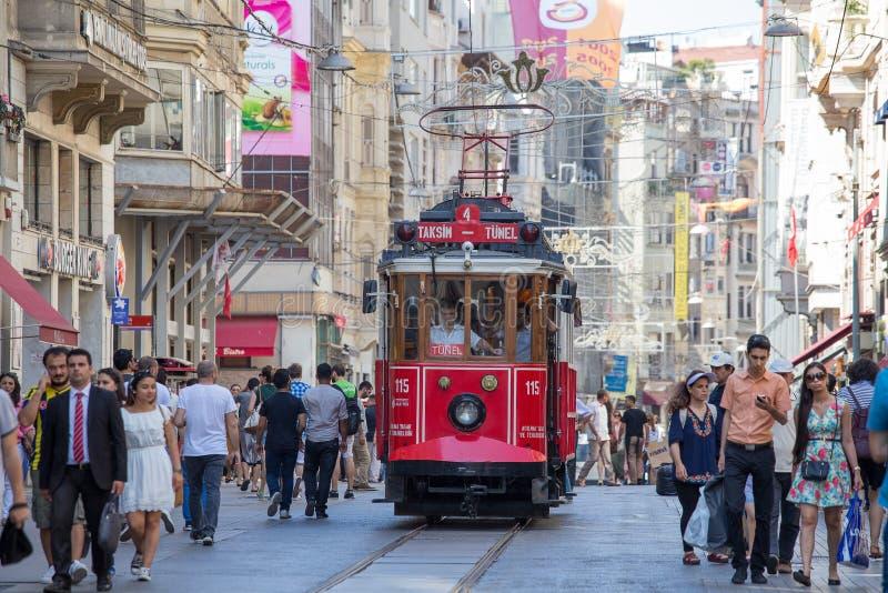 De de Nostalgietram van Taksimtunel rolt langs de istiklal straat en de mensen voort bij istiklal weg Istanboel, Turkije royalty-vrije stock afbeelding