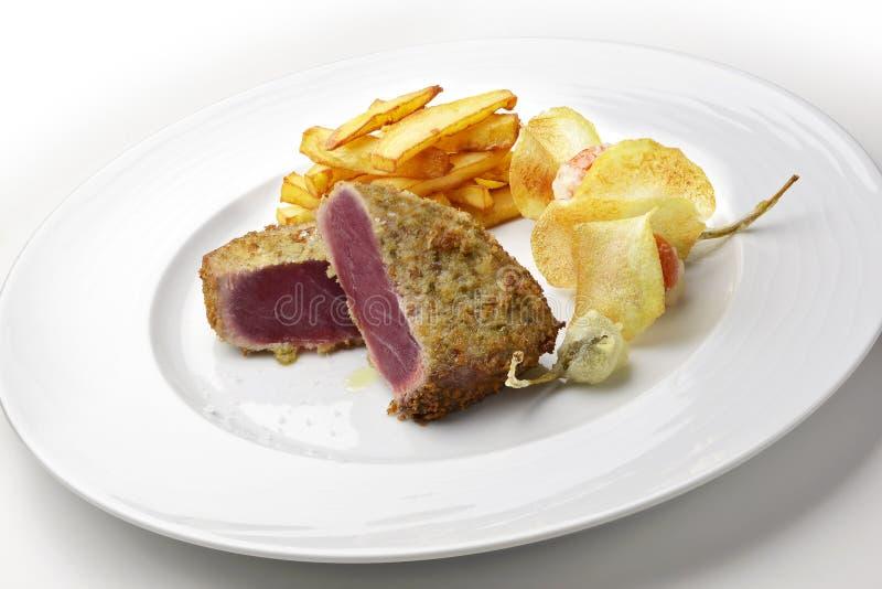 De de panerende kappertjes en aardappels van de visschotel escalope blauwvintonijn royalty-vrije stock afbeeldingen