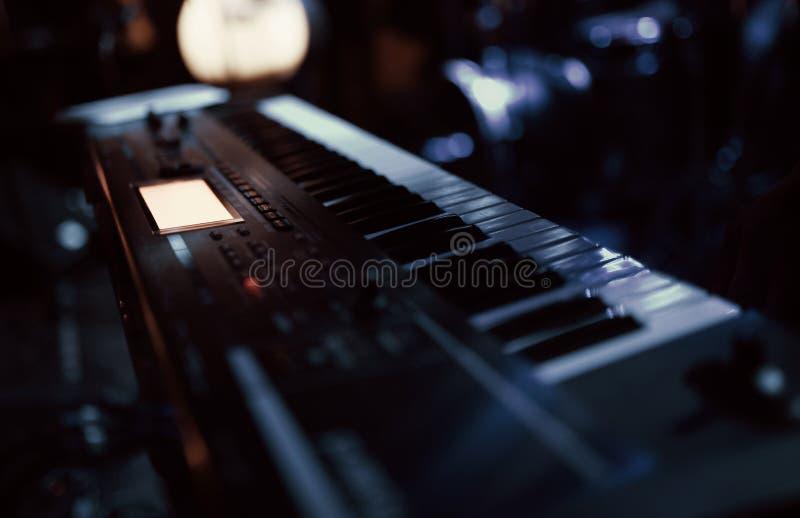 De de pianosleutels van de toetsenbordsynthesizer muzikaal instrument op het overlegstadium stock afbeeldingen