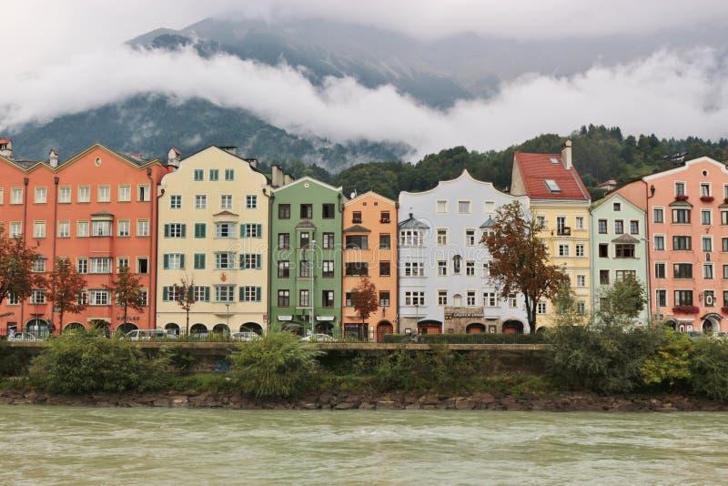 De de rivierherberg en huizen in Innsbruck, Tirol, Oostenrijk royalty-vrije stock afbeeldingen