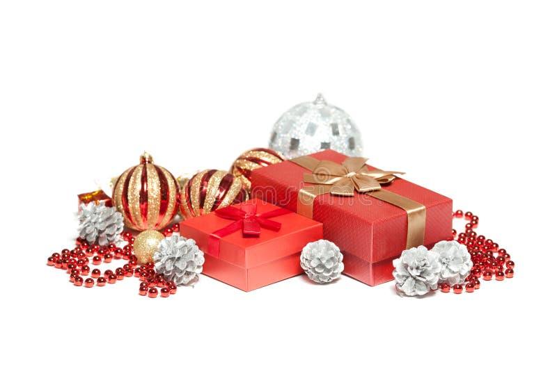 De de rode doos en ballen van de Kerstmisgift royalty-vrije stock afbeelding