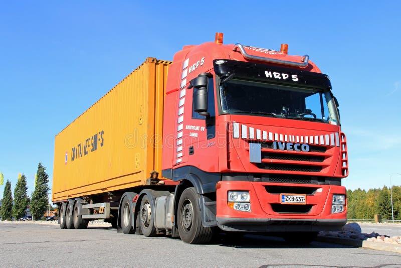 De de rode Vrachtwagen en Aanhangwagen van Iveco stock foto's