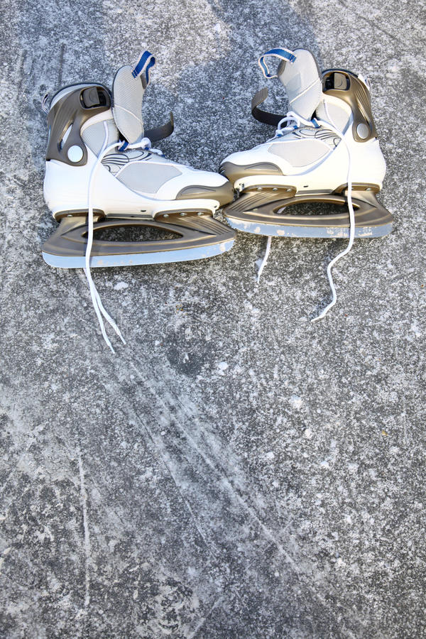 De de schaatsen in openlucht winter van de vleet stock afbeelding