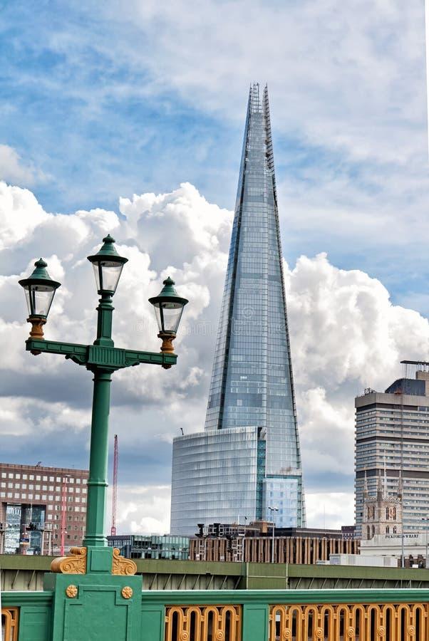 De de Scherfbouw van LONDEN, ENGELAND van Southwark-Brug op 23 Maart, 2014 in Londen. De Scherf, een 87 verdiepingsskyscra stock afbeeldingen