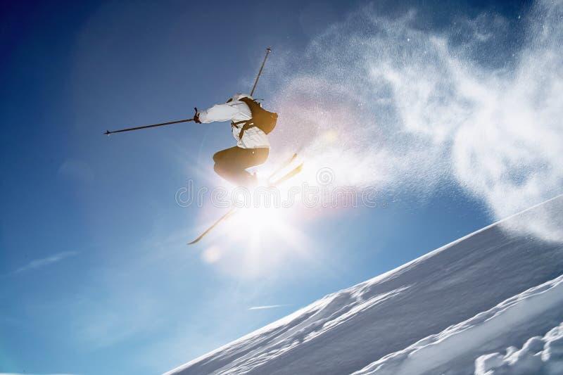 De de sprongwinter van de skiër stock foto's