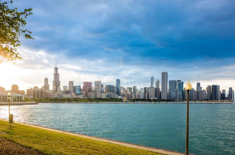 De de stads stedelijke horizon van de binnenstad van Chicago stock afbeelding