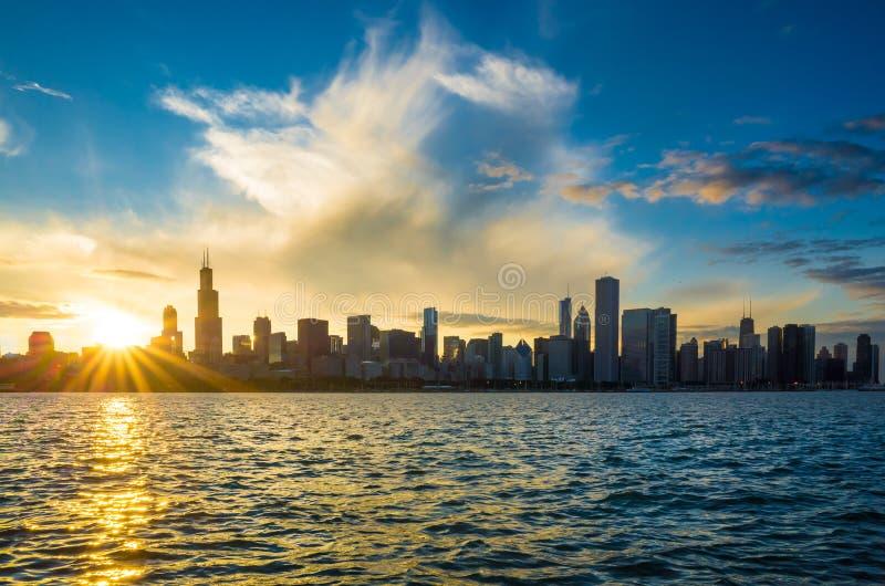 De de stads stedelijke horizon van de binnenstad van Chicago stock fotografie