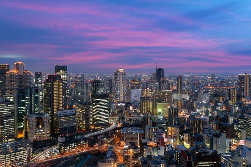 De de stadshorizon van de binnenstad van Osaka bij het District van oriëntatiepuntumeda in Os stock afbeelding