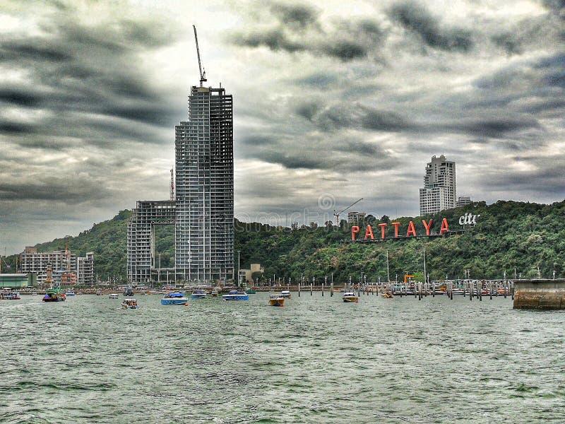 De de stormachtige hemel en oceaan van Pattayathailand royalty-vrije stock afbeelding