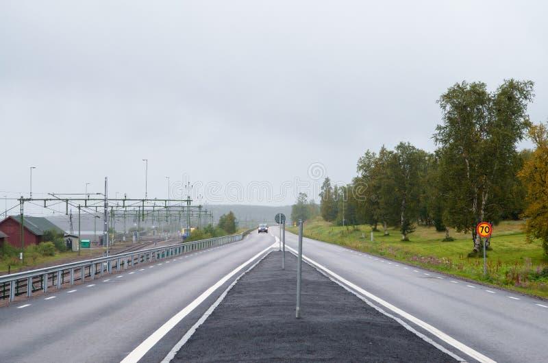 De de straatmening van de de zomerdag in Kiruna, bleke die hemel niemand in de weg, Kiruna is de northernmost stad in Zweden, in  royalty-vrije stock fotografie