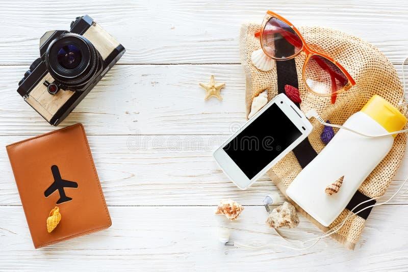 De de vakantievlakte van de de zomerreis legt concept fotocamera en passpo stock fotografie