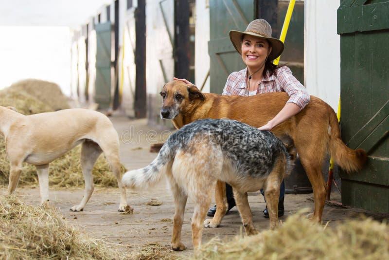 De de vrouwelijke eigenaar en honden van paardstallen royalty-vrije stock foto