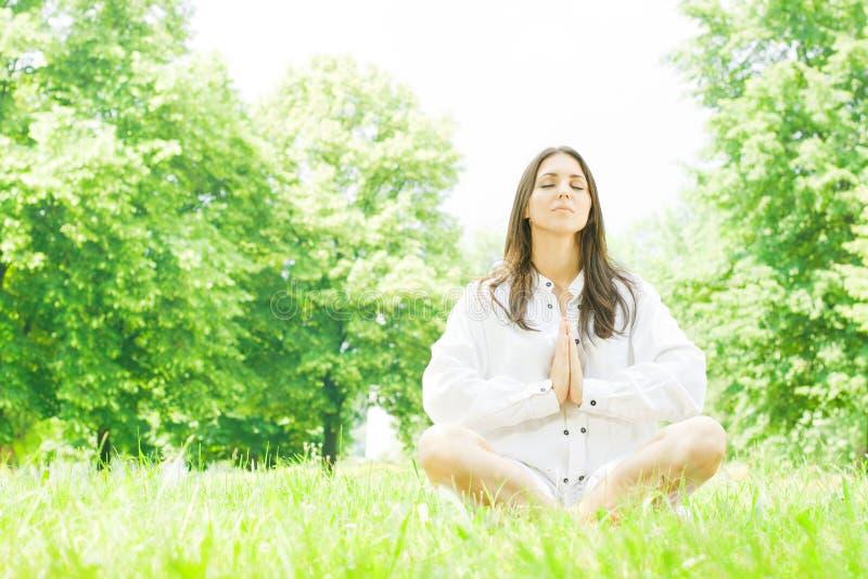 De de vrouwenmeditatie van de yoga stelt stock afbeelding
