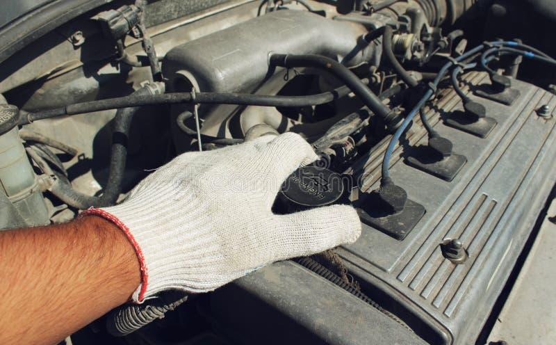 De de vullerhals van de dekkingsolie van de auto royalty-vrije stock afbeeldingen