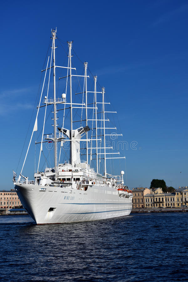 De de Windbranding van de cruisevoering vertrekt van St. Petersburg, Rusland royalty-vrije stock foto's