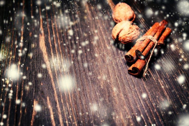 De de winterkruiden over houten achtergrond sluiten omhoog Kerstman Klaus, hemel, vorst, zak stock afbeelding