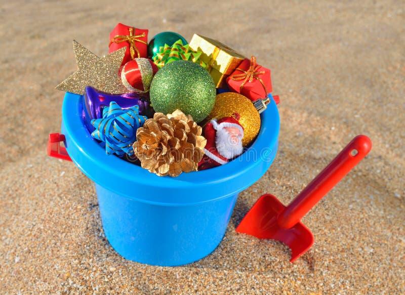 De decoratie en het speelgoed van Kerstmis op het strandzand stock afbeelding