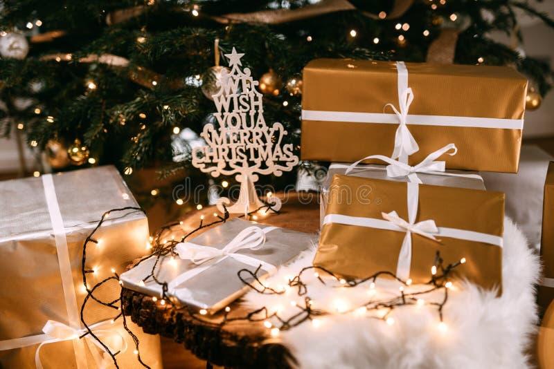 de decoratie en de lichten, details van stellen onder de Kerstboom voor Vakantiegeest en vreugde stock foto's