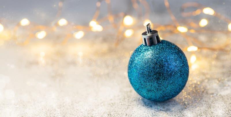 De decoratie en de slingers van de Kerstmissamenstelling op een briljante achtergrond royalty-vrije stock afbeeldingen