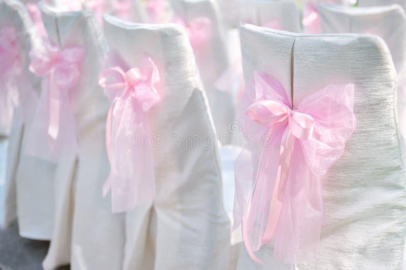 De decoratie op huwelijk zit roze boog voor stock fotografie