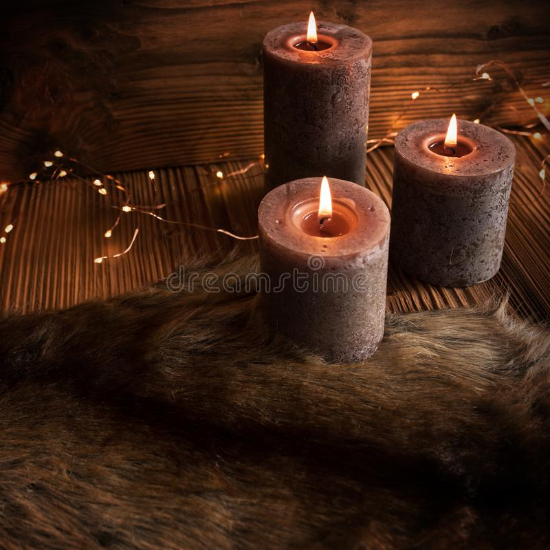 De decoratie van CCozykerstmis met kaarsen royalty-vrije stock fotografie