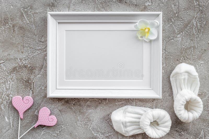 De decoratie van de babydouche voor geboorte van kindviering op grijze achtergrond hoogste meningsspot omhoog stock foto's