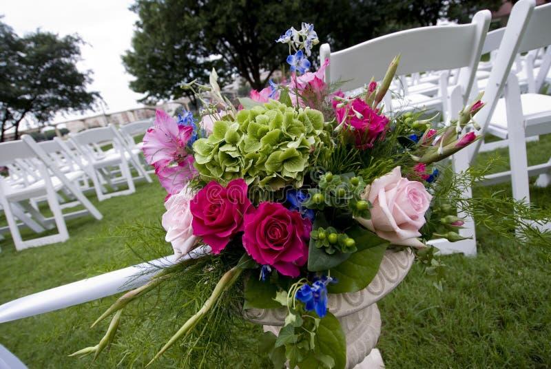 De decoratie van de bloem bij een openluchthuwelijk stock foto
