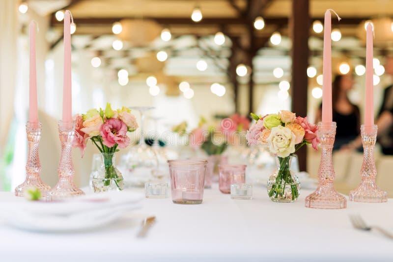 De decoratie van de bloemlijst voor vakantie en huwelijksdiner Lijst voor vakantie, gebeurtenis, partij of huwelijksontvangst die royalty-vrije stock foto's