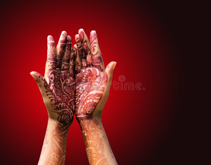 De decoratie van de henna (mehendi) op de hand van een Hindoese bruid stock foto