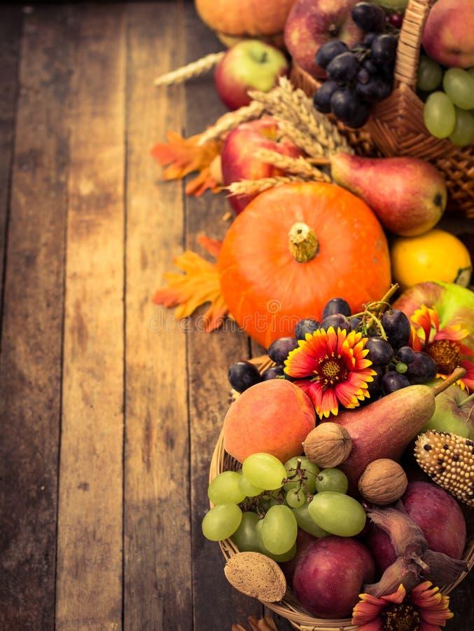 De decoratie van de herfst granaatappel druiven en kastanje op hout in oktober stock foto - Decoratie geel ...