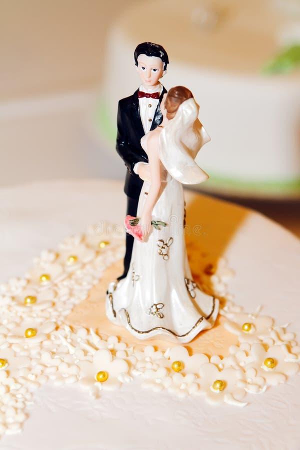 De decoratie van de het huwelijkscake van de bruid en van de bruidegom stock foto's