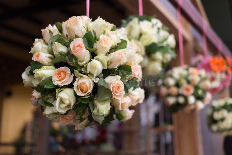 De decoratie van de huwelijksceremonie met wit boeket nam toe stock foto's