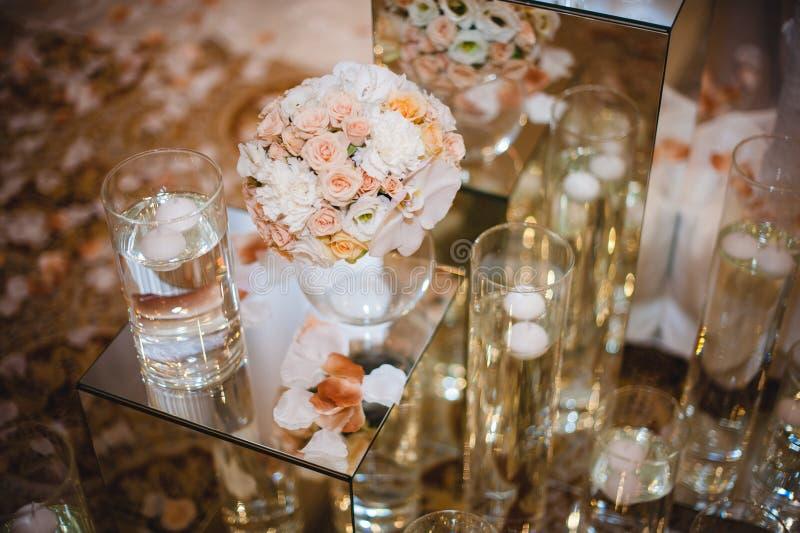 De decoratie van de huwelijkslijst, bloemen in vaas stock foto's