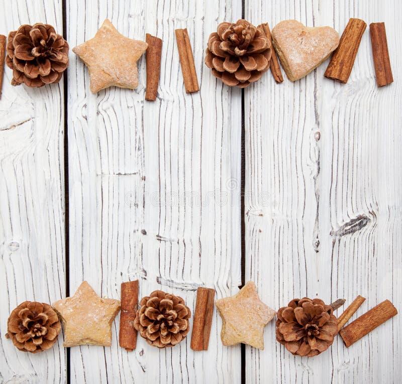 De decoratie van de Kerstmisdenneappel op witte houten raad royalty-vrije stock afbeelding